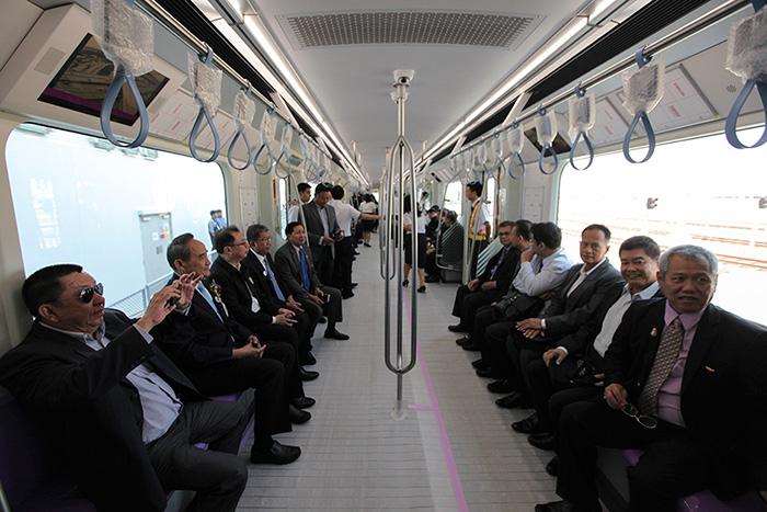 Руководители отделов Минтранса Тайланда стали первыми пассажирами тестового проезда по новому маршруту Бангкок-Нонтхабури