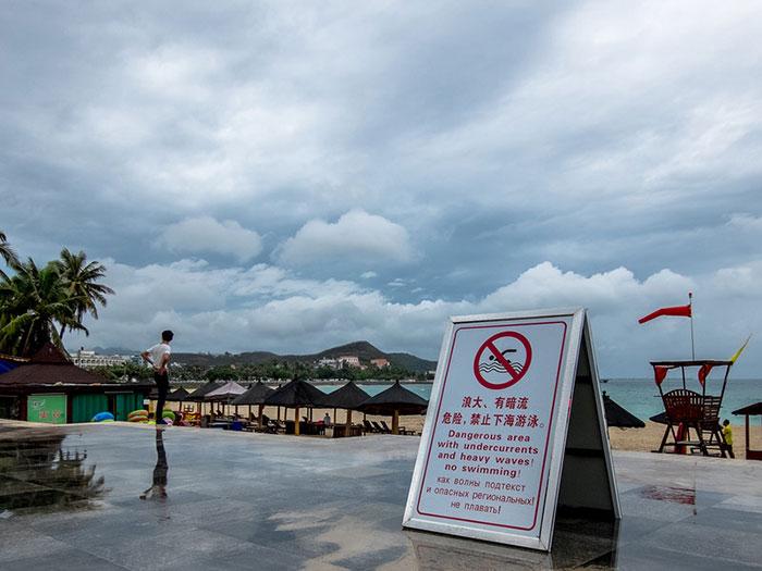Предупреждения о шторме на пляжах острова Хайнань