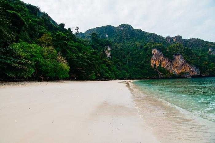 Monkey Beach, по-прежнему остается, нетронутым цивилизацией, участком белого песка