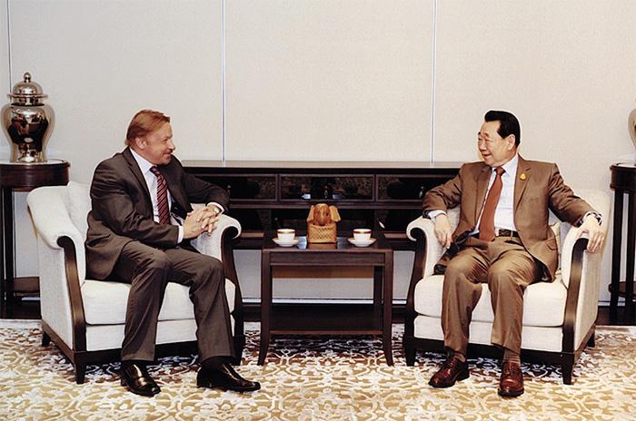 Кирилл Барский и Тханин Чираванон на встрече накануне Международного Экономического Форума. Фото CP Group