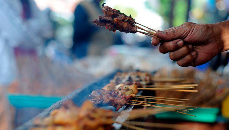 Лучшие шашлычки на Бали: маринованные в куркуме, приготовленные на углях на гриле на и щедро политые арахисовым соусом. Фото CNN