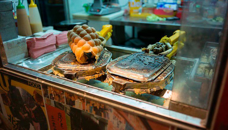 Гонконг размыл грань между высокой кухней и комфортной быстрой едой, а смиренные и скромные уличные обеды, в итоге выигрывают звёзды Michelin. Фото CNN