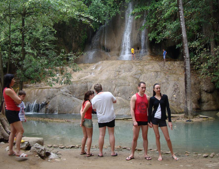 Российские туристы на экскурсии к водопаду в Тайланде