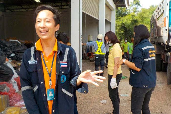 Глава отдела по санитарному контролю г-н Олар Чанпу руководил работой по сортировке мусора на хранилище Джомтьен Бич