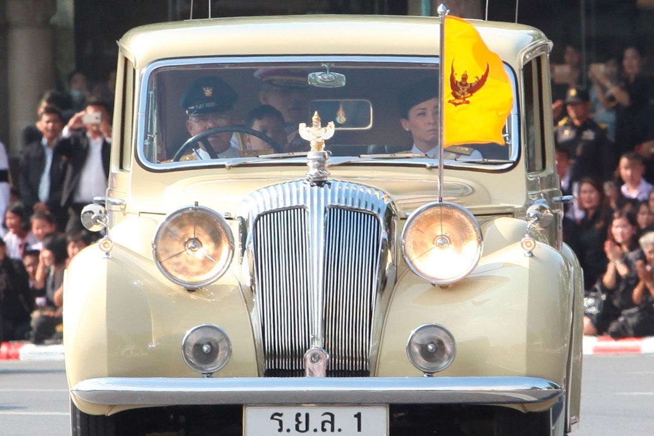 Его Величество Маха Вачиралонгкорн направляется в Большой дворец на памятную церемонию в знак уважения к королю Пумипону