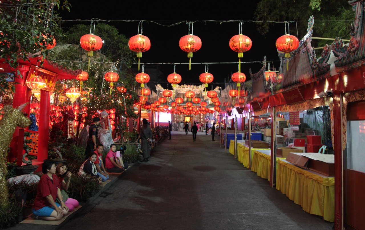 Несмотря на то, что Яоварат, китайский квартал Бангкока, украшен красными праздничными фонариками, шумного гулянья на китайский Новый год не планируется