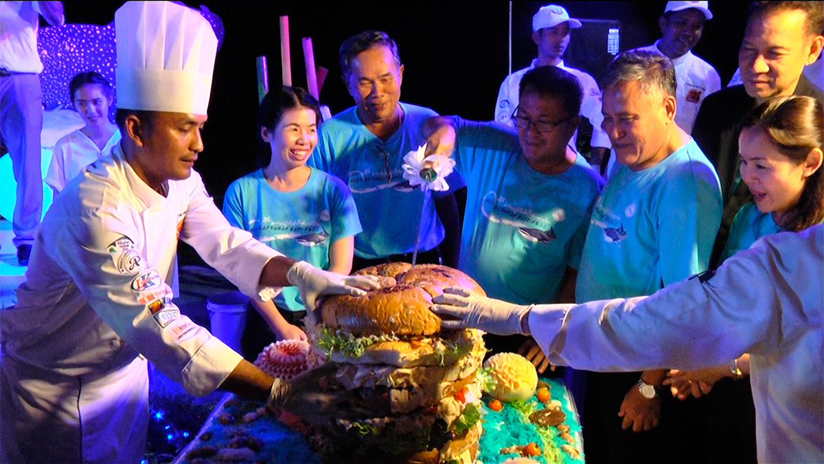 """Андаманский бургер на презентации мероприятия """"Андаманское синее счастье"""". Бутербродный рекорд будет заново поставлен на празднике с 17 по 19 ноября в Такуа Па"""