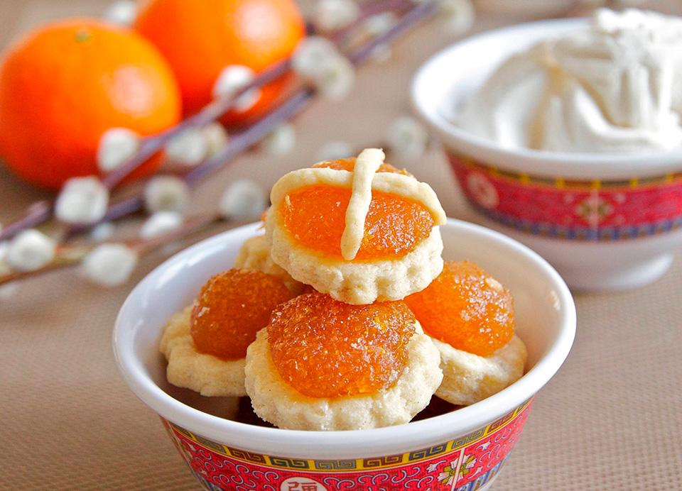 Традиционное новогоднее китайское печенье с ананасом