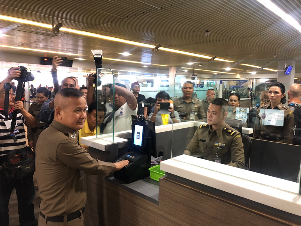 Генерал-лейтенант Тинапхат Пумарин демонстрирует биометрический сканер в аэропорту Пхукета. Фото NNT