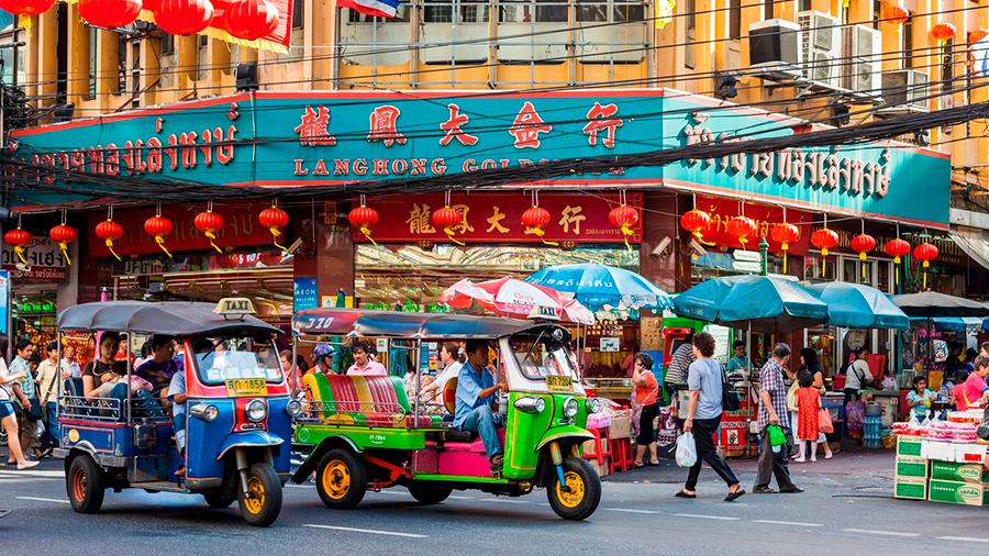 Тайские тук-туки на улице Яорават в Чайнатауне Бангкока
